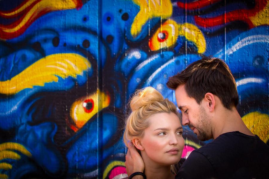 Paarshooting im Solinger Südpark vor Graffiti Wand. Paarfotografie und Engagementshooting in Solingen, Düsseldorf und Köln - Katrin Küllenberg Photography.