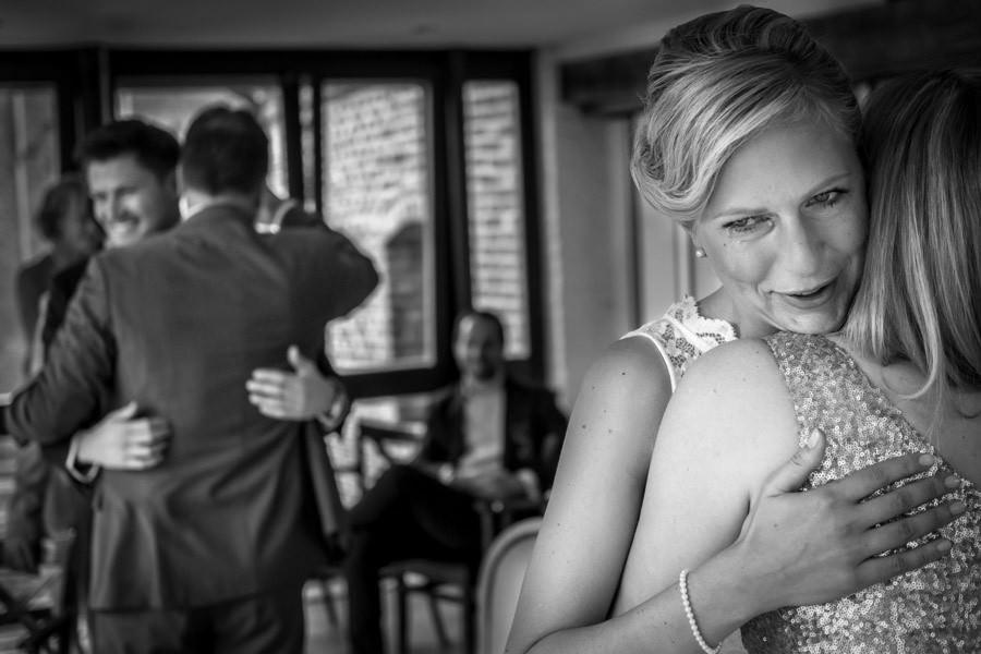 Freudentränen bei Hochzeit auf Schloss Wissen. Ein beschwingter Hochzeitsabend mit liebevollen Gesten.
