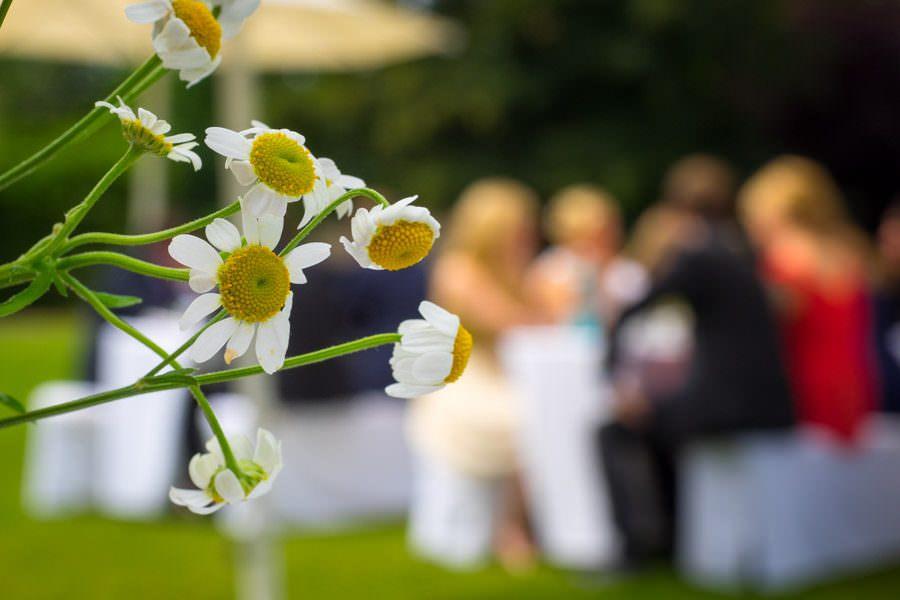 Blumenschmuck zur Hochzeit auf Schloss Wissen. Ein beschwingter Hochzeitsabend mit zarten Blumen.