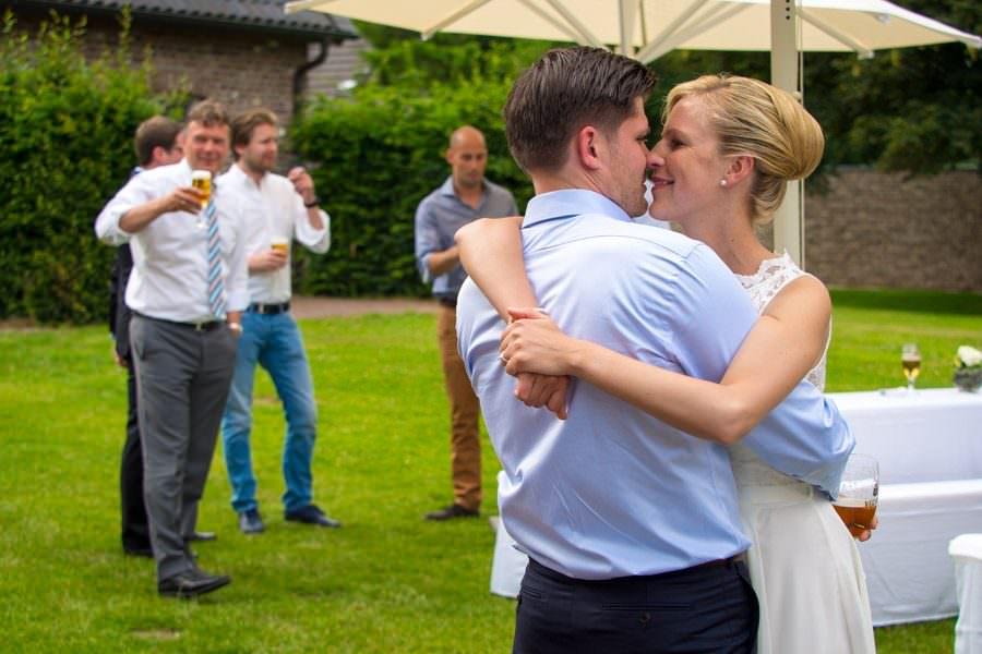 Glückliches Brautpaar nach Trauung im Standesamt Schloss Wissen