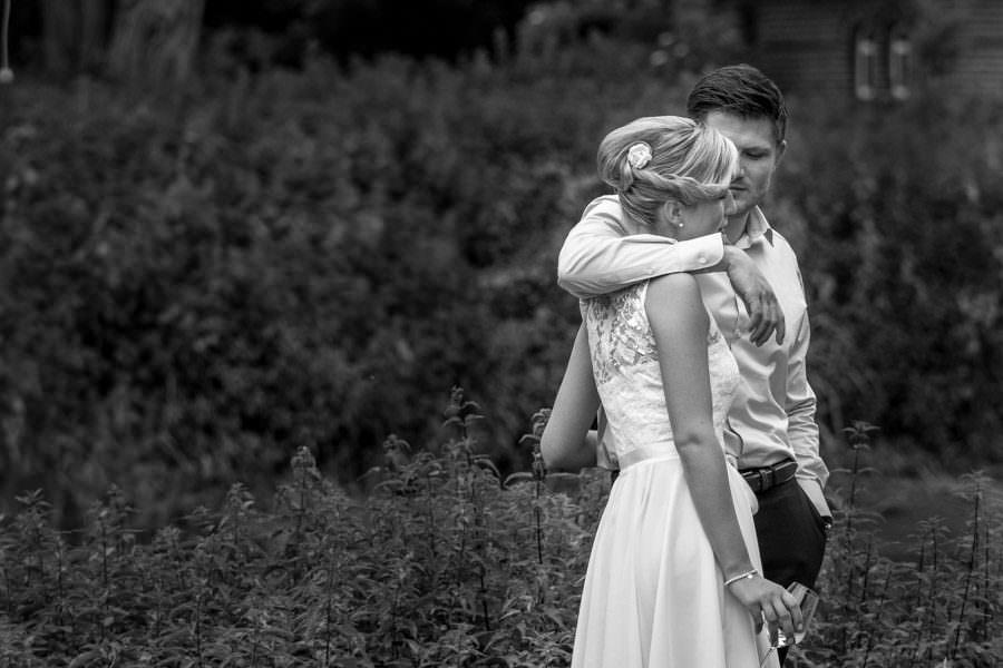 Entspanntes Hochzeitspaar nach der Trauung auf Schloss Wissen.
