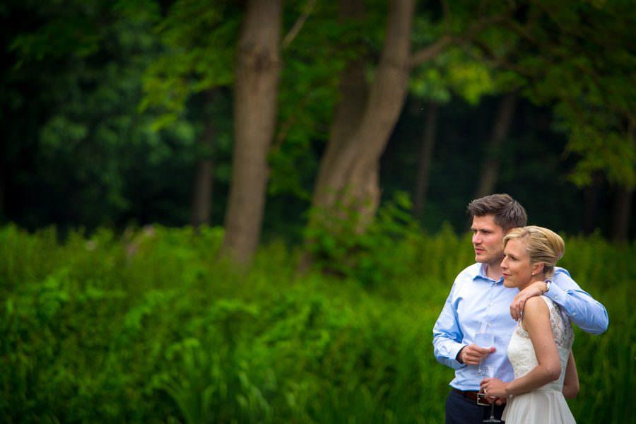Entspanntes Brautpaar mit Hochzeitsfotograf auf Schloss Wissen