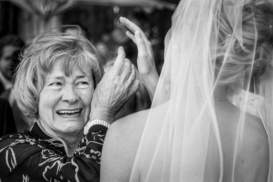 Hochzeitsfotos Braut mit Großeltern in Düsseldorf