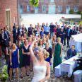 Brautstrußwerfen mit Hochzeitsfotograf Leverkusen