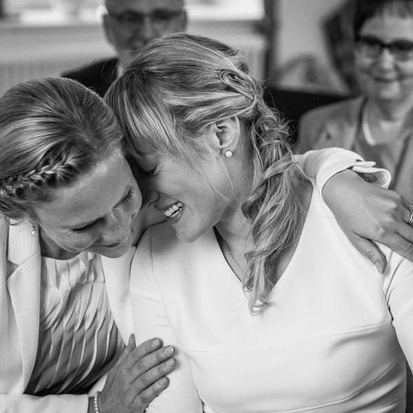 Emotionale Trauzeugin bei Hochzeit auf Standesamt