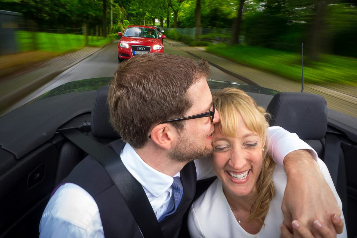 Hochzeitsfotos im fahrenden Auto