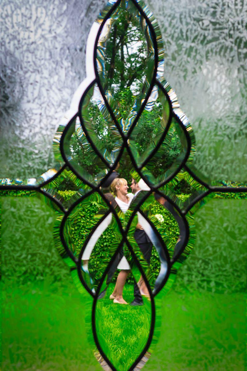 Brautpparshooting durch Glasmosaik mit Hochzeitsfotograf Solinge
