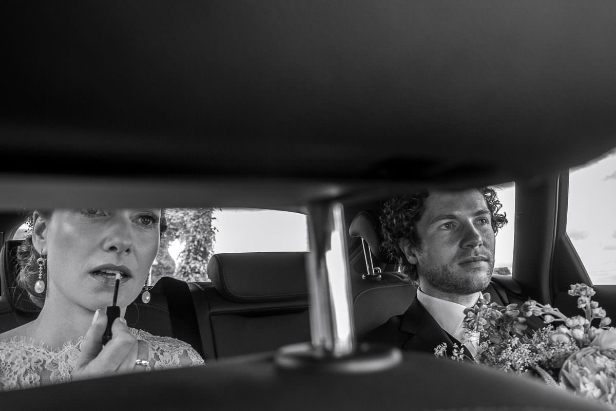 Hochzeitsauto mit Brautpaar Köln