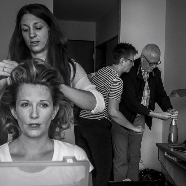 Getting ready Braut mit Eltern und Hochzeitsfotograf Solingen