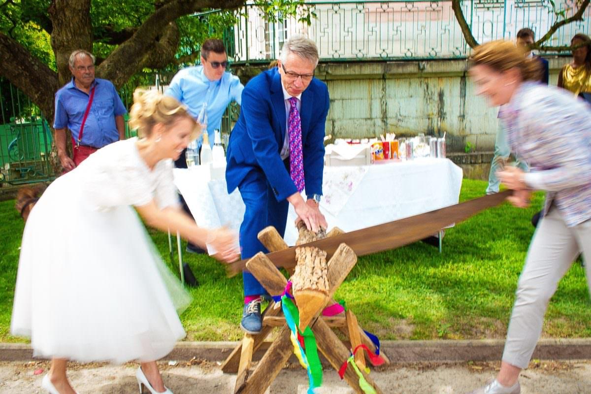 Baumstamm sägen Hochzeitsfotograf Düsseldorf