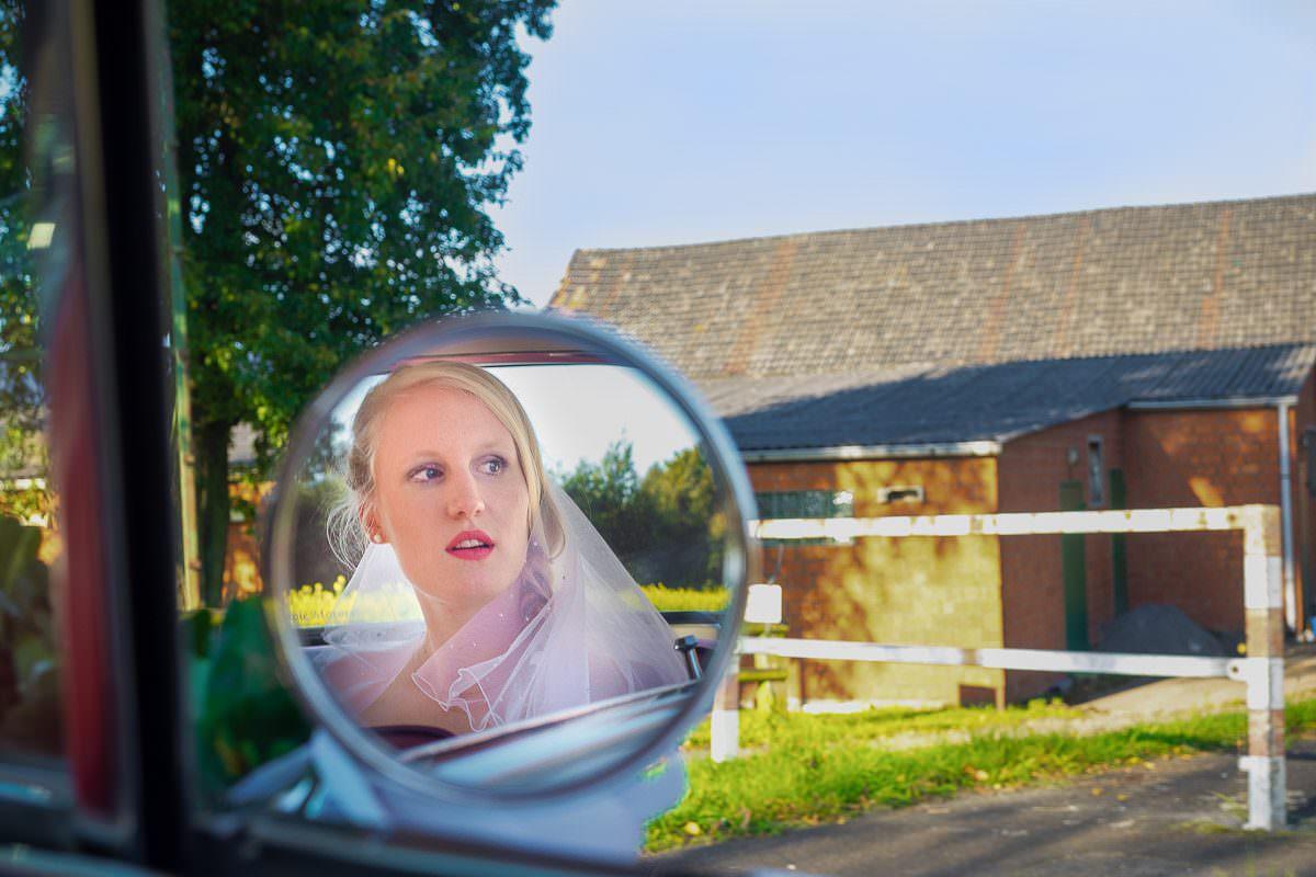 Brautfotos im Hochzeitsauto