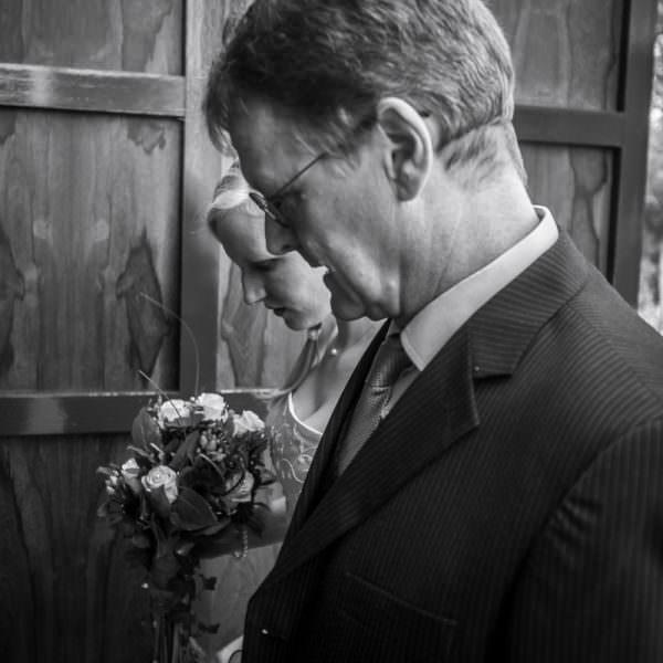 Einzug in Kirche mit Hochzeitsfotograf