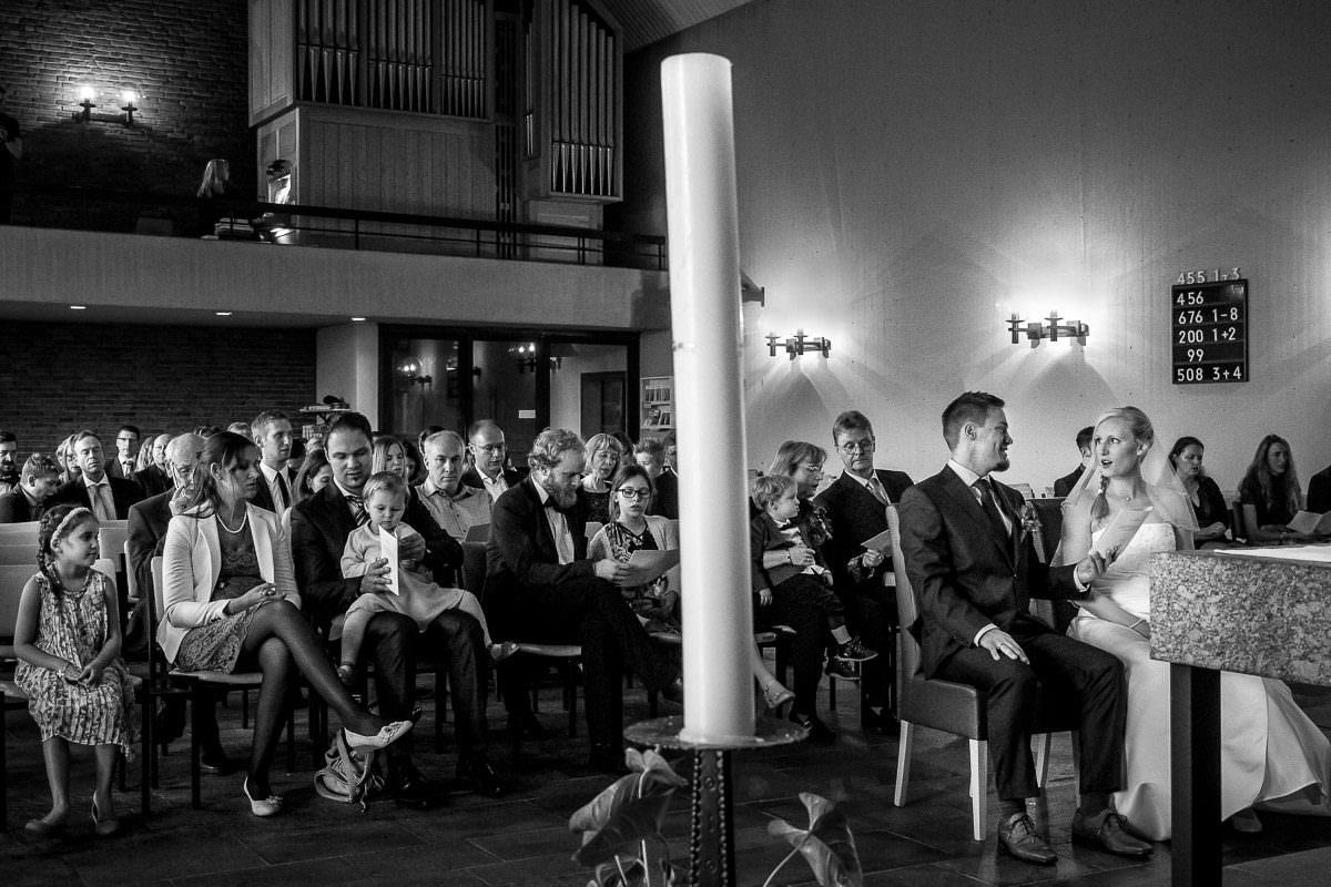 Hochzeitsgesellschaft bei kirchlicher Trauung Düsseldorf