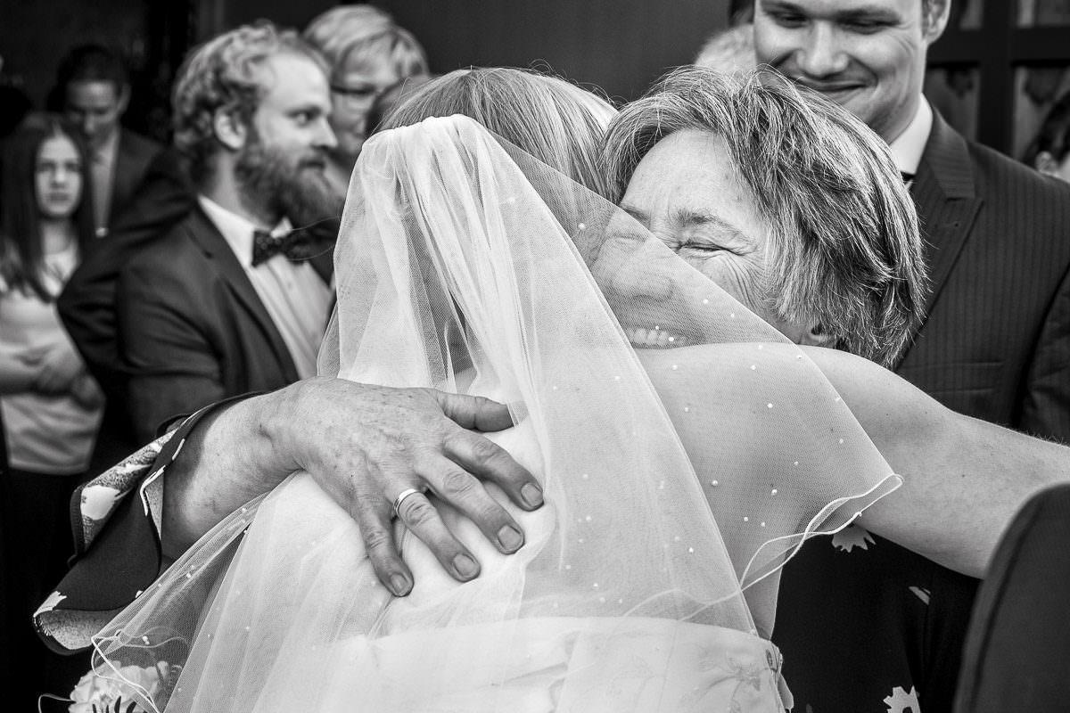 Glückliche Schwiegermutter bei kirchlicher Hochzeit