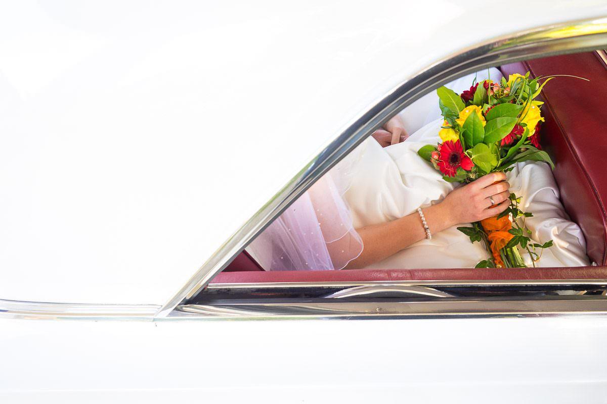 Brautstrauß im Hochzeitsauto