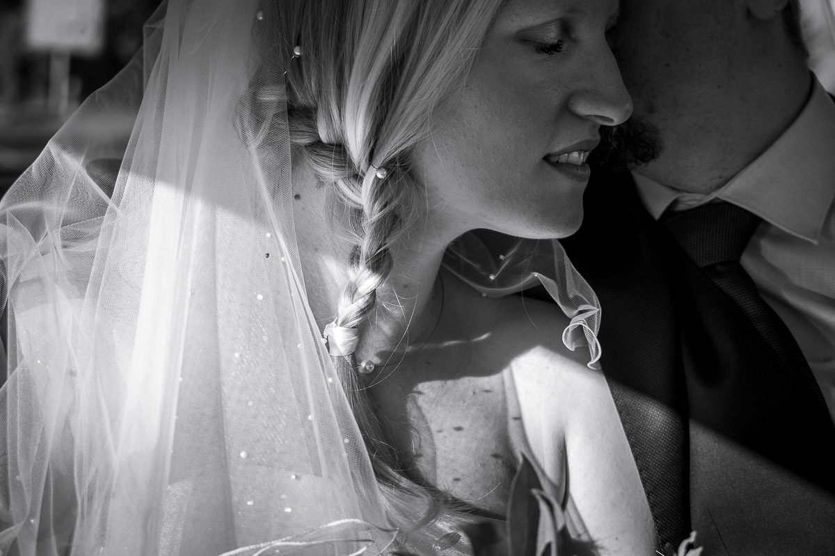 Hochzeitsfotos im Hochzeitsauto düsseldorf