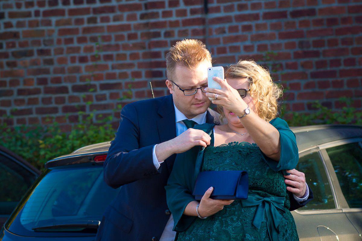 Hochzeitsgäste bei Hochzeit im Freien