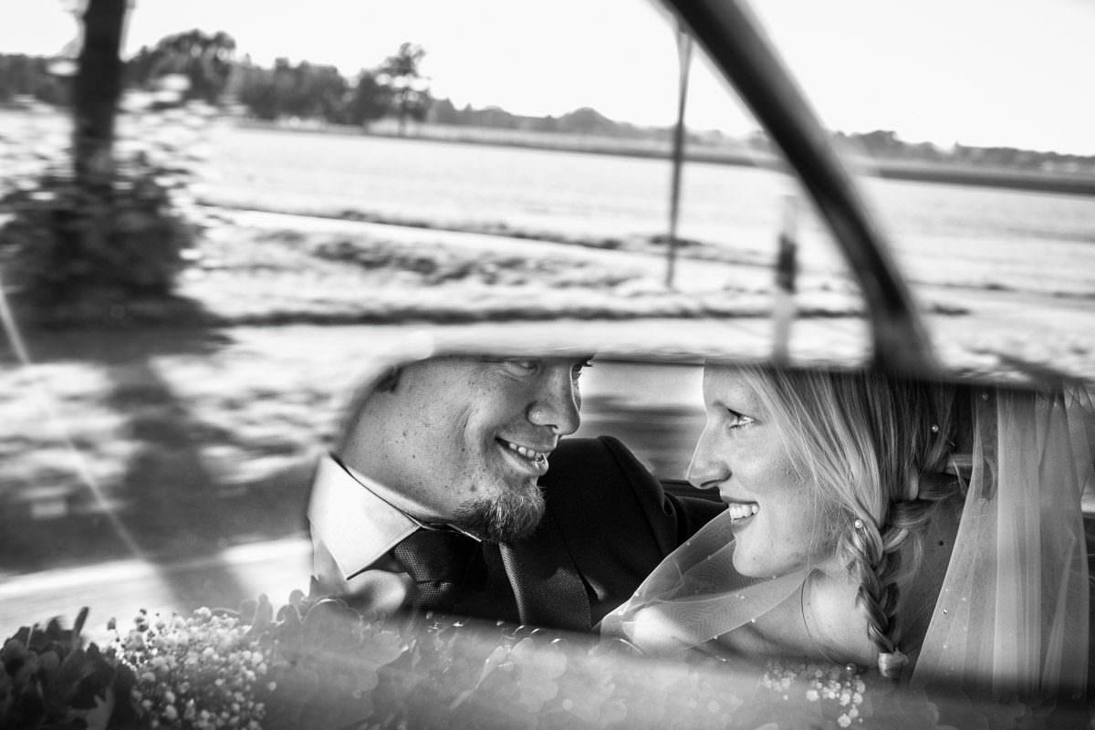 Hochzeitsfotos im Rückspiegel