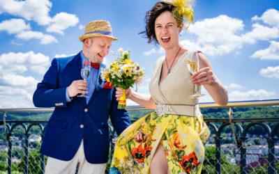 Ein knallbuntes Hochzeitspaar im Glück – Heiraten im  Elisenturm Wuppertal