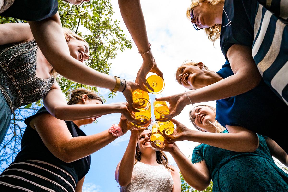 Anstossen der Braut mit Trauzeuginnen bei Hochzeit Deichgraf Duesseldorf mit beste Hochzeitsfotograf Duesseldorf