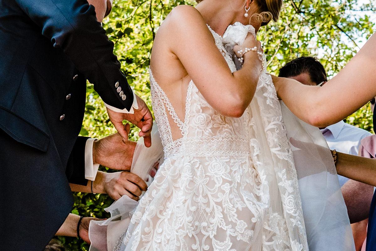 Aussergewoehnliche Gruppenfotos bei Hochzeit im Restaurant Deichgraf Duesseldorf mit Hochzeitsfotograf Duesseldorf-2