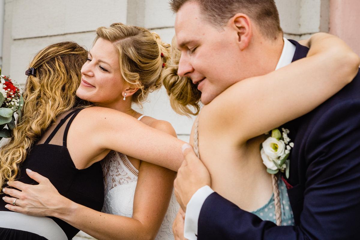 Aussergewoehnliche Hochzeitsfotos mit Gratulation Brautpaar Schloss Benrath Duesseldorf