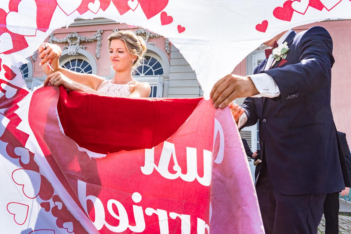 Aussergewoehnliche Hochzeitsfotos mit Hochzeitsspiel Brautpaar Schloss Benrath Duesseldorf