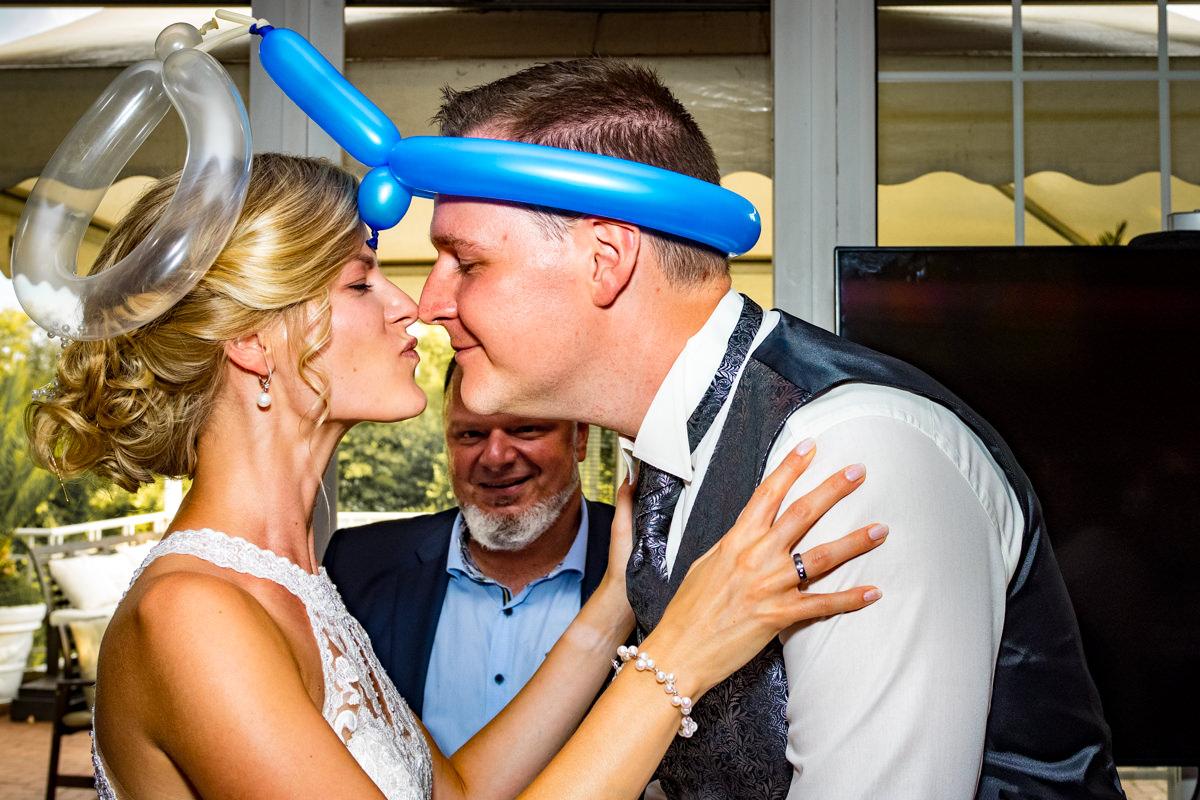Ballonkuenstler fuer Hochzeit im Restaurant Deichgraf Duesseldorf mit Hochzeitsfotograf Duesseldorf