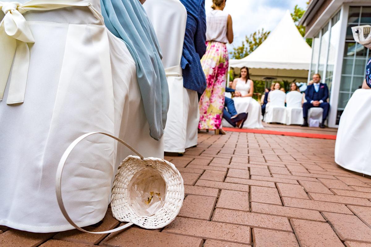 Blumenkorb bei freier Trauung Haus Deichgraf Duesseldorf mit Hochzeitsfotograf Duesseldorf