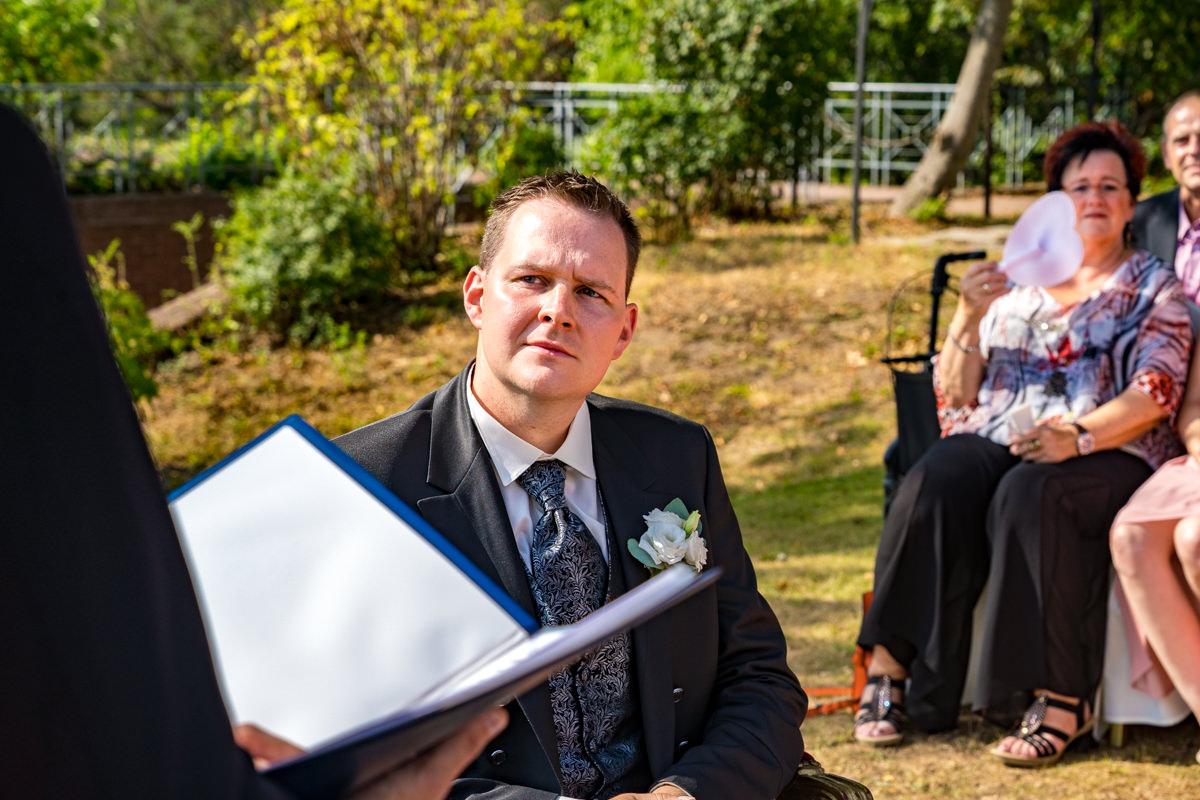Braeutigam bei Trauung im Freien im Deichgraf Duesseldorf und Bester Hochzeitsfotograf Duesseldorf
