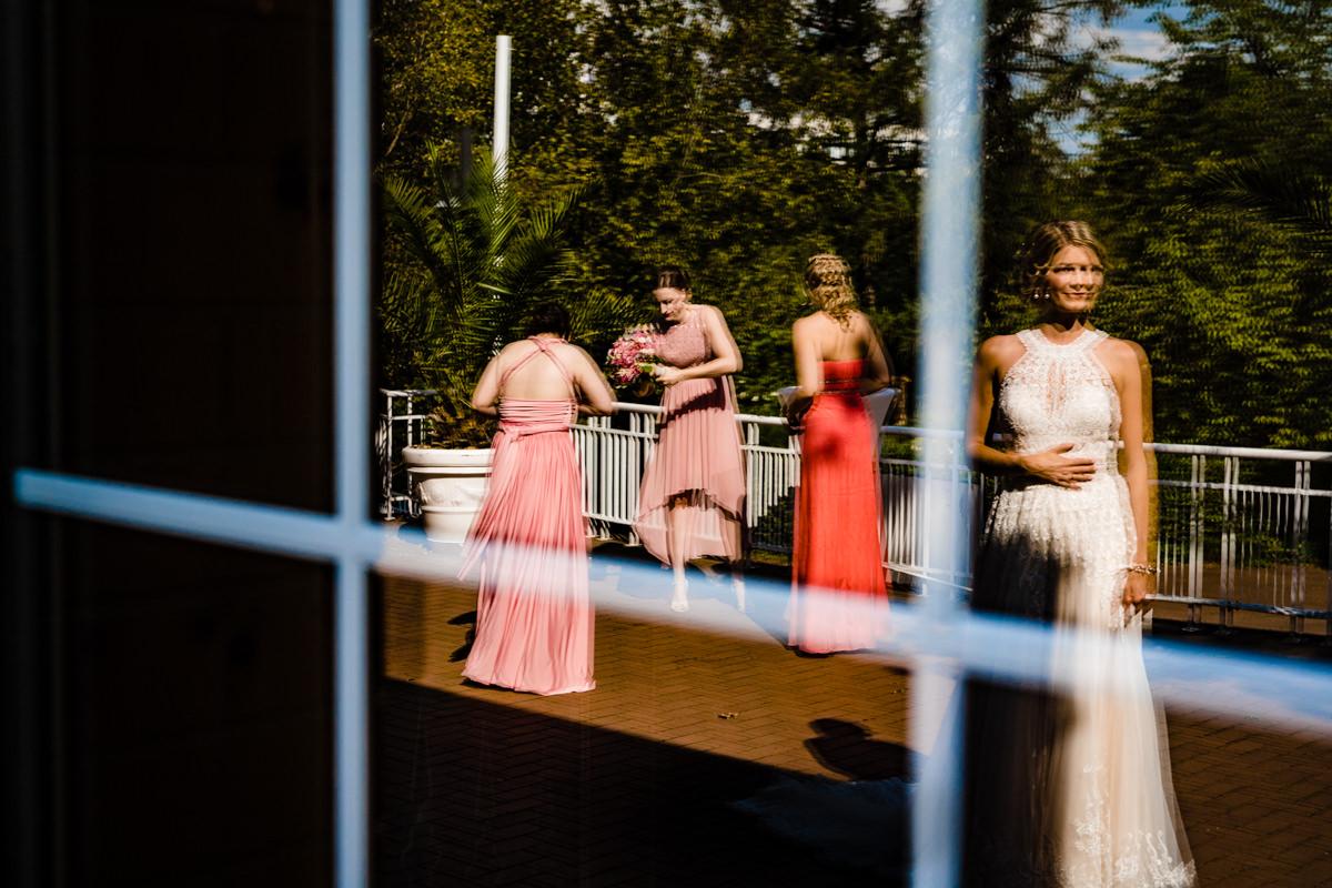 Braut mit Trauzeuginnen bei freier Trauung im Deichgraf Duesseldorf und Bester Hochzeitsfotograf Duesseldorf