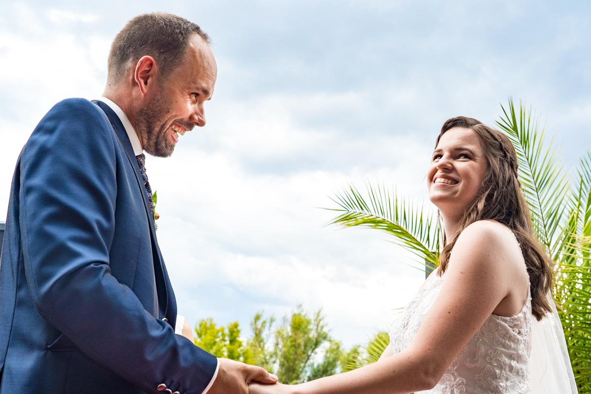 Brautpaar gibt sich Jawort bei freier Trauung Haus Deichgraf Duesseldorf mit Hochzeitsfotograf Duesseldorf