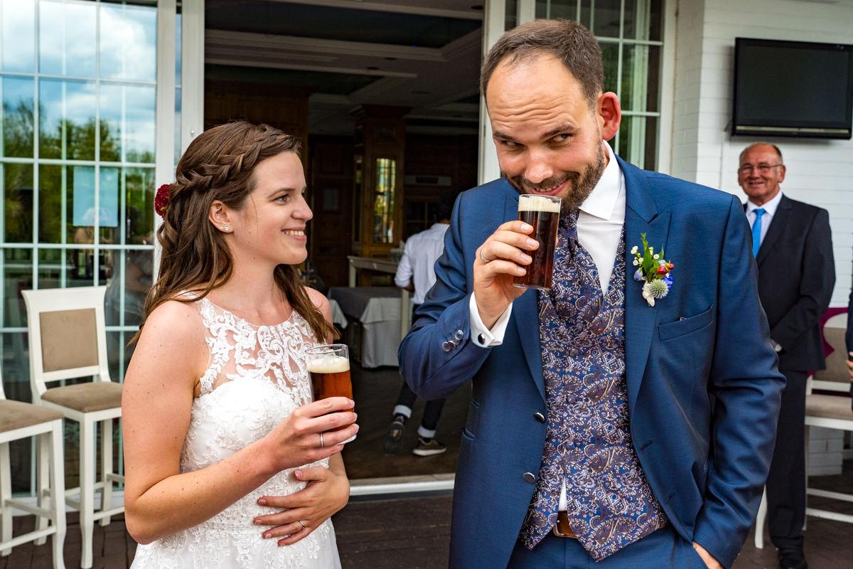 Brautpaar mit Altbier bei freier Trauung Haus Deichgraf Duesseldorf mit Hochzeitsfotograf Duesseldorf