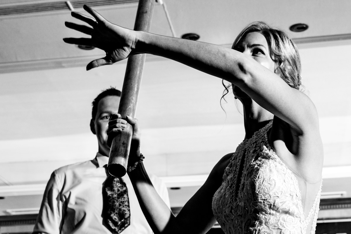 Coole Blitzfotos bei Hochzeitsreportage mit Pinata im Restaurant Deichgraf Duesseldorf mit Hochzeitsfotograf Duesseldorf-2