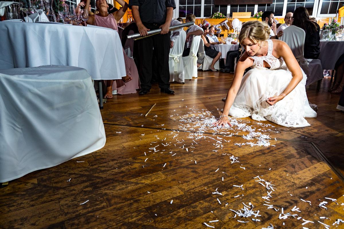 Coole Blitzfotos bei Hochzeitsreportage mit Pinata im Restaurant Deichgraf Duesseldorf mit Hochzeitsfotograf Duesseldorf-3