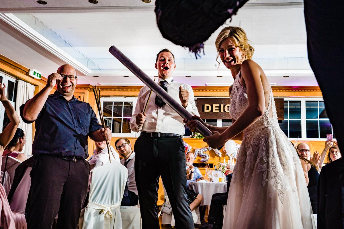 Coole Blitzfotos bei Hochzeitsreportage mit Pinata im Restaurant Deichgraf Duesseldorf mit Hochzeitsfotograf Duesseldorf