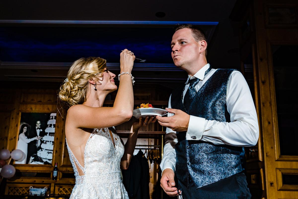 Coole Blitzfotos bei Hochzeitstorte mit Brautpaar im Restaurant Deichgraf Duesseldorf mit Hochzeitsfotograf Duesseldorf