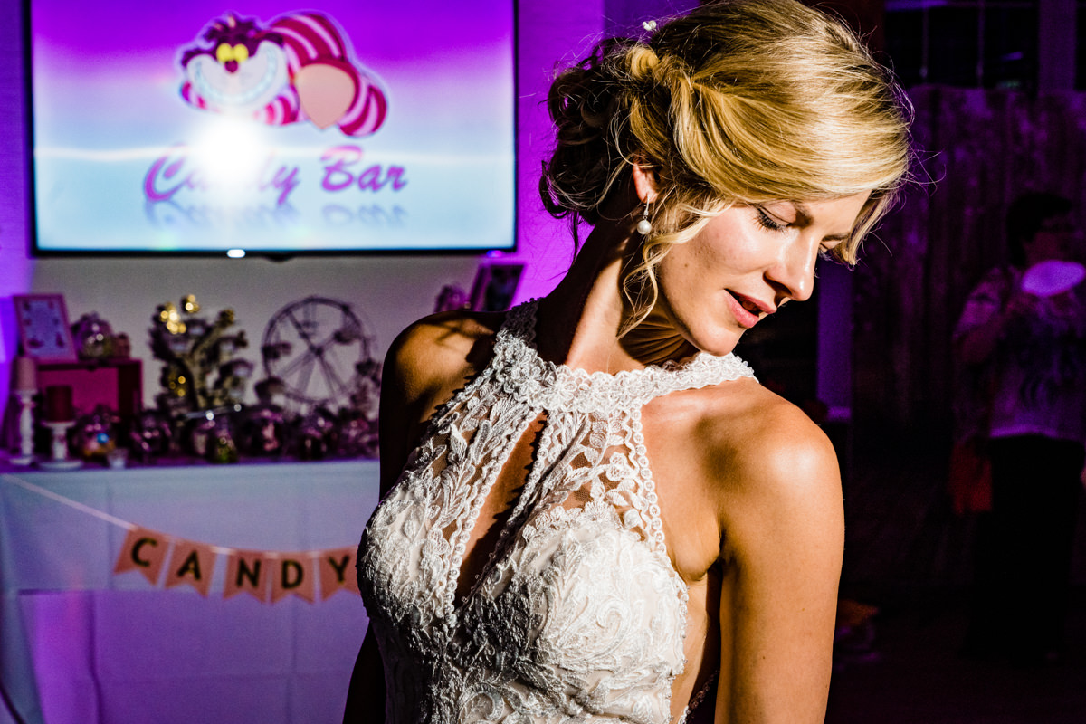Coole Blitzfotos mit Braut im Restaurant Deichgraf Duesseldorf mit Hochzeitsfotograf Duesseldorf