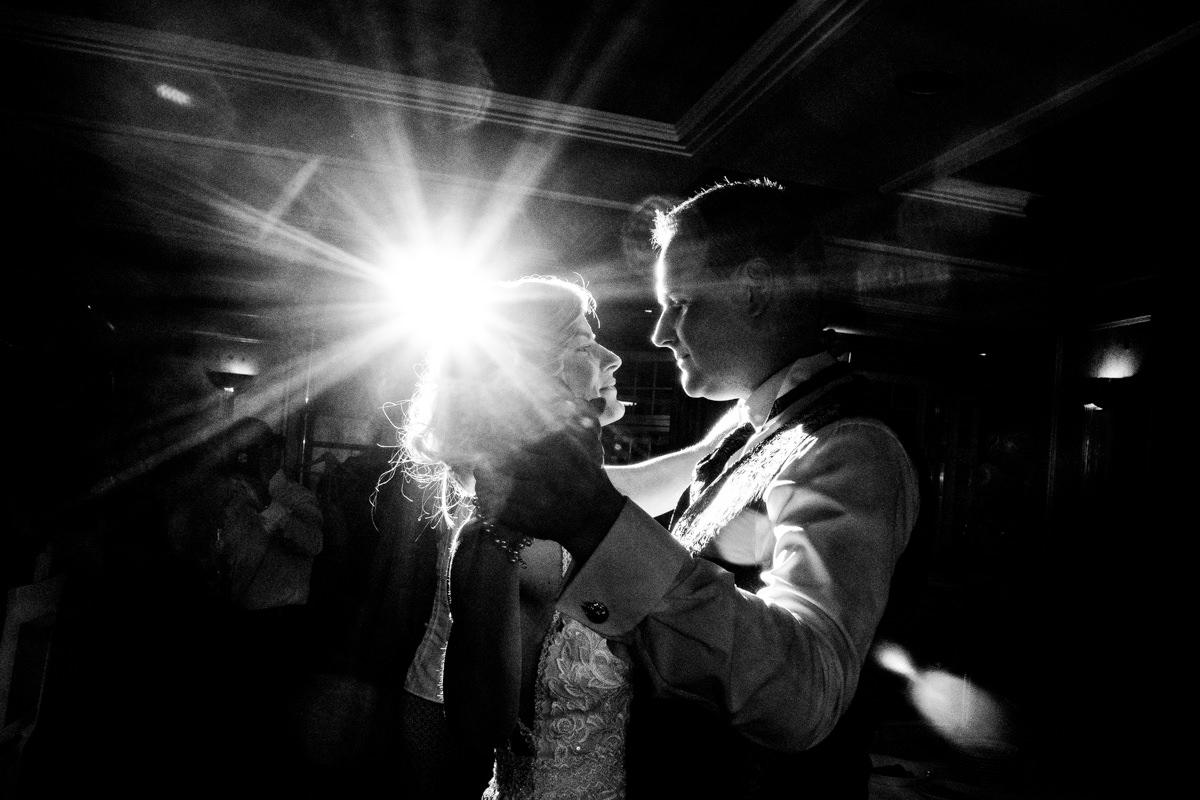 Coole Blitzfotos mit Brautpaar beim Hochzeitstanz im Restaurant Deichgraf Duesseldorf mit Hochzeitsfotograf Duesseldorf-2