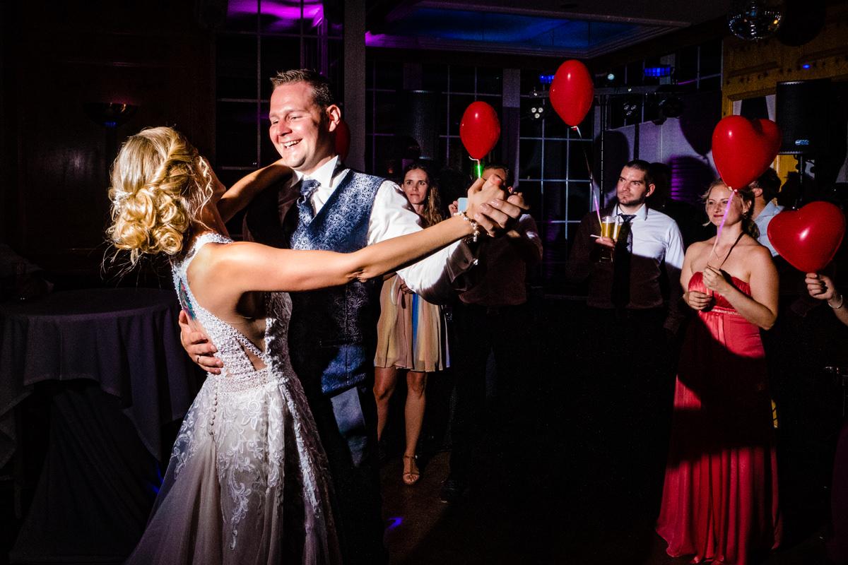 Coole Blitzfotos mit Brautpaar und Hochzeitsgaesten beim Hochzeitstanz im Restaurant Deichgraf Duesseldorf mit Hochzeitsfotograf Duesseldorf