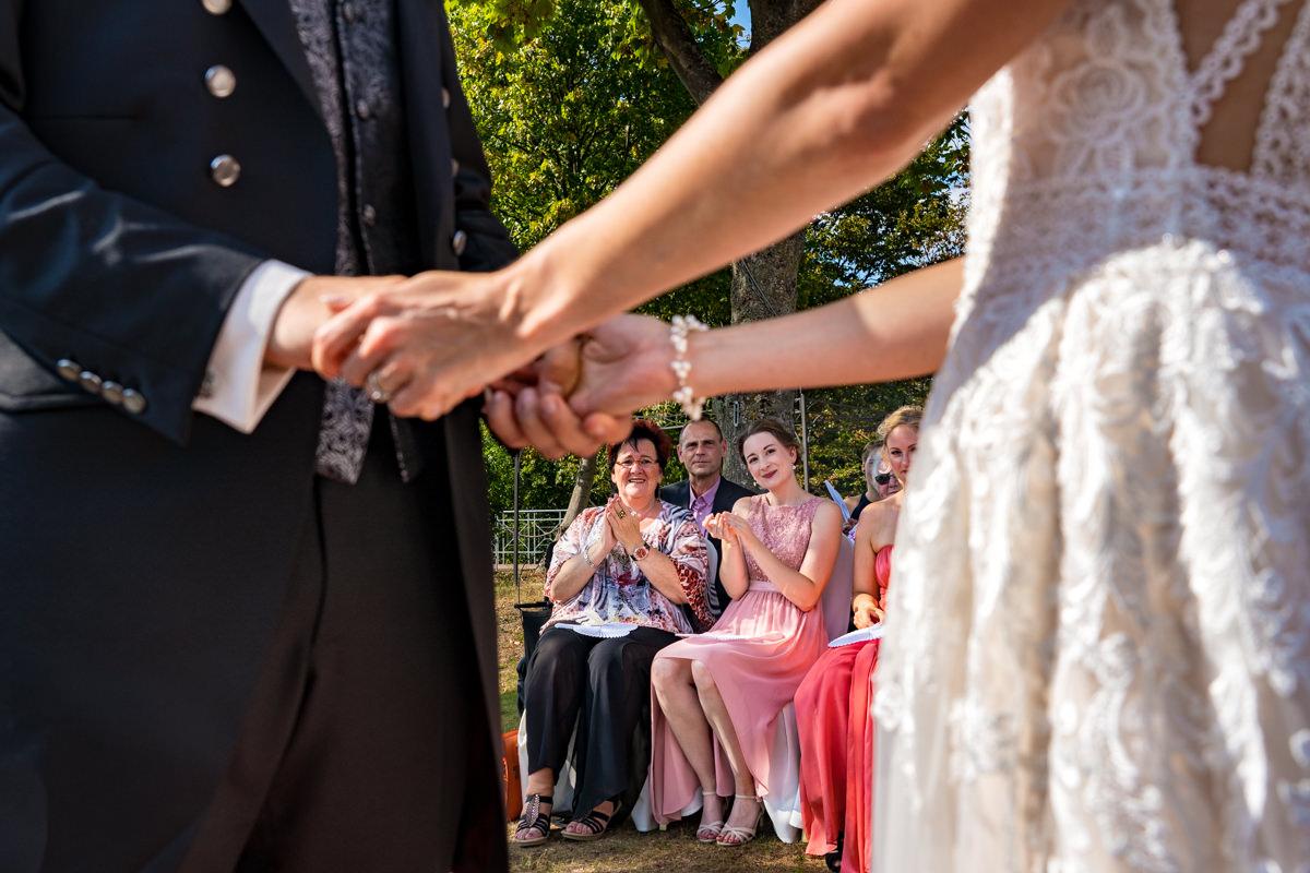 Coole Hochzeitsfotos mit Hochzeitsgaesten bei Sommerhochzeit Deichgraf Duesseldorf mit Hochzeitsfotograf Duesseldorf
