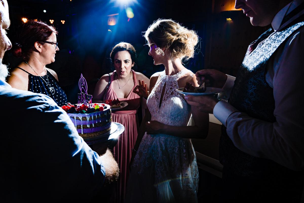 Coole Hochzeitsfotos mit Hochzeitsgaesten im Restaurant Deichgraf Duesseldorf mit Hochzeitsfotograf Duesseldorf-2