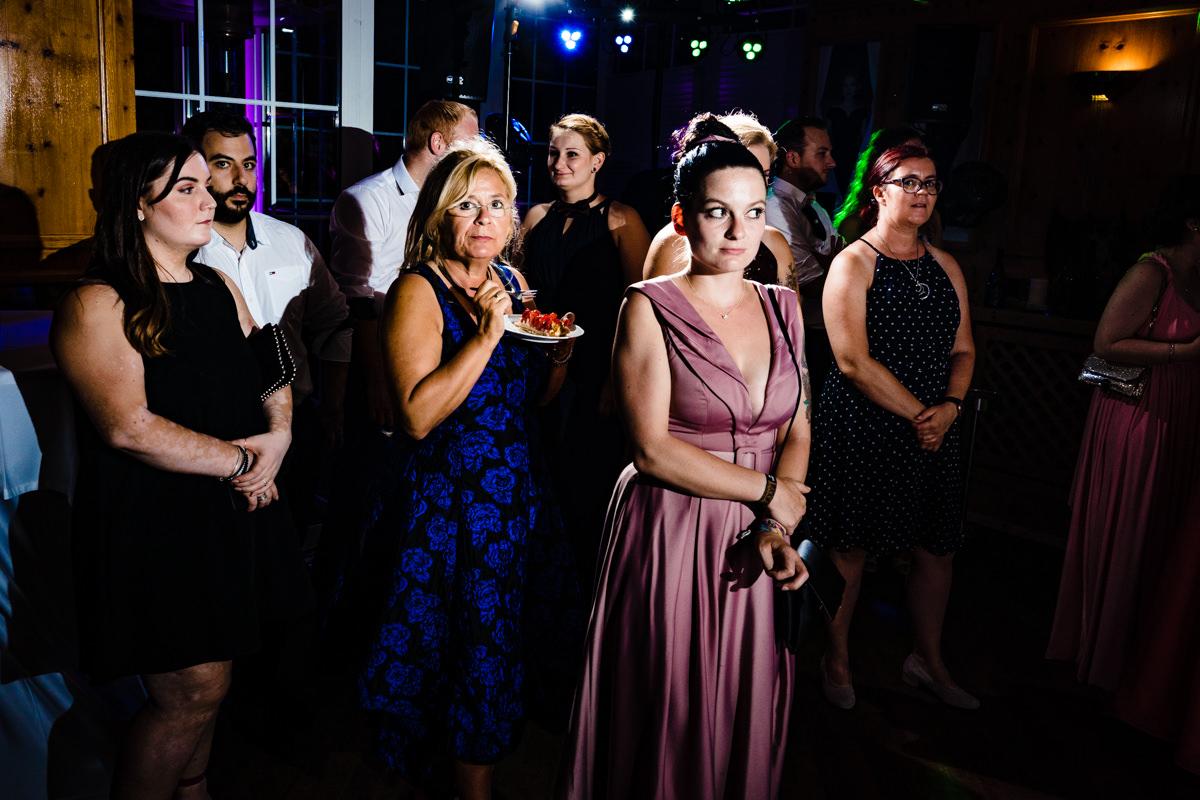 Coole Hochzeitsfotos mit Hochzeitsgaesten im Restaurant Deichgraf Duesseldorf mit Hochzeitsfotograf Duesseldorf