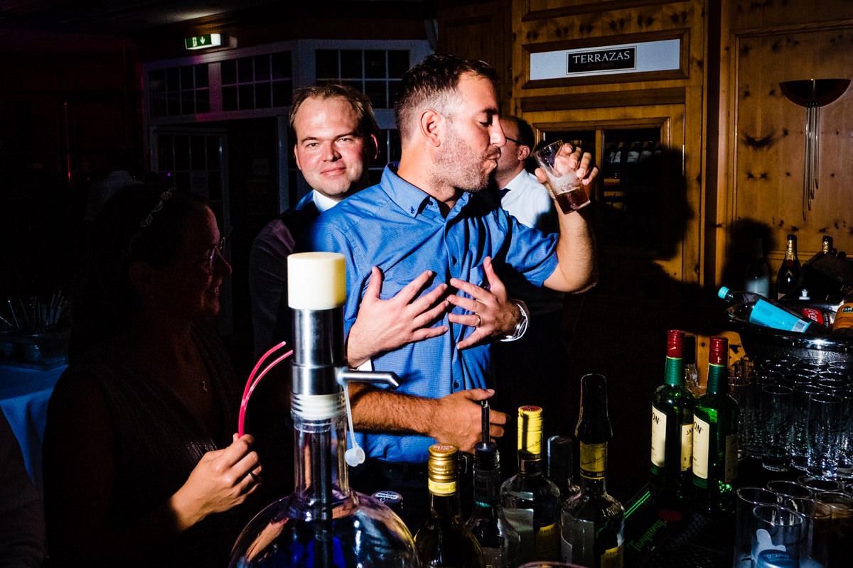 Coole Partyfotos Hochzeit ohne Kitsch Deichgraf Duesseldorf mit bester Hochzeitsfotograf Duesseldorf