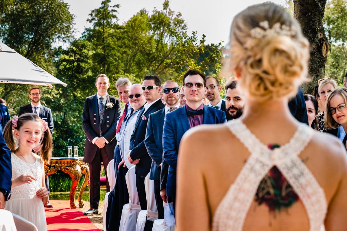 Einzug Braut bei freier Trauung im Deichgraf Duesseldorf und Bester Hochzeitsfotograf Duesseldorf