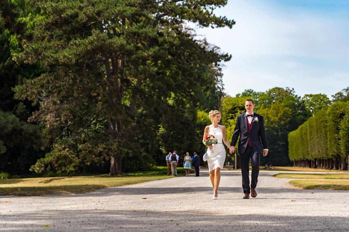 Elegante Brautpaarfotos auf Schloss Benrath mit Hochzeitsfotograf Duesseldorf