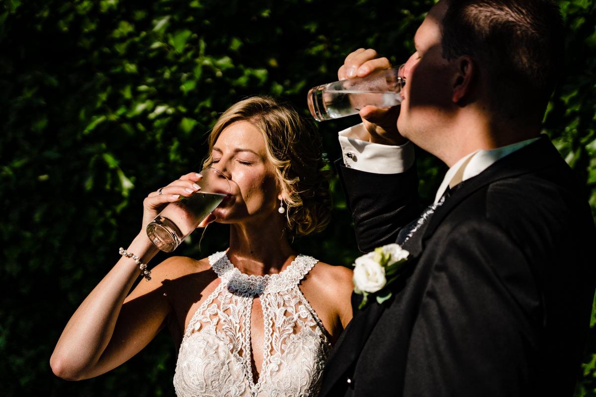 Elegante Brautpaarfotos bei Sommerhochzeit im Restaurant Deichgraf Duesseldorf mit Hochzeitsfotograf Duesseldorf