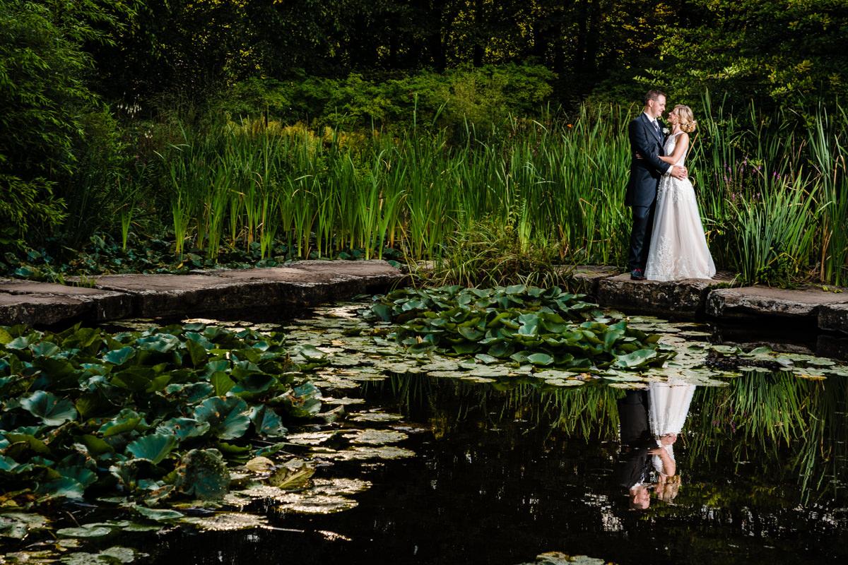 Elegante Brautpaarfotos im Volksgarten Duesseldorf mit Hochzeitsfotograf Duesseldorf-3