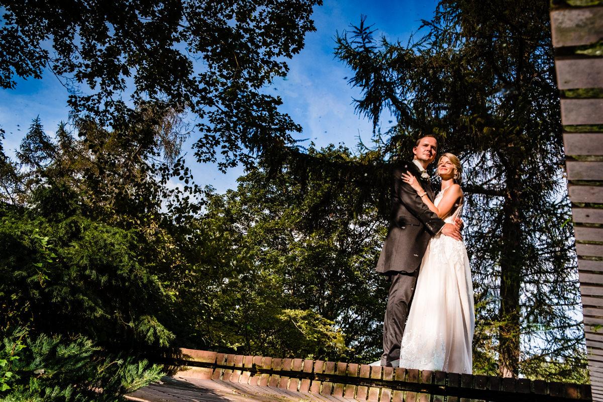Elegante Brautpaarfotos im Volksgarten Duesseldorf mit Hochzeitsfotograf Duesseldorf