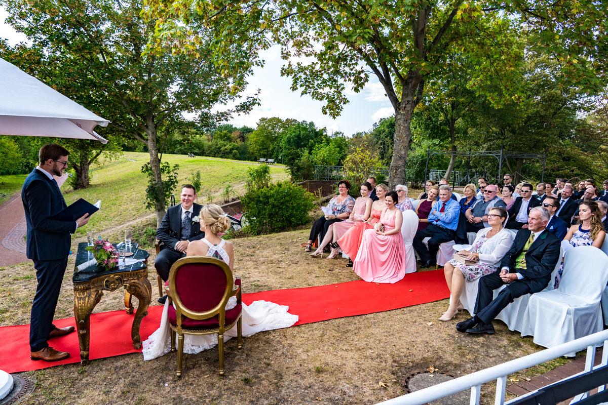 Elegante Hochzeitsfotos mit Hochzeitsgaesten bei Sommerhochzeit Deichgraf Duesseldorf mit Hochzeitsfotograf Duesseldorf